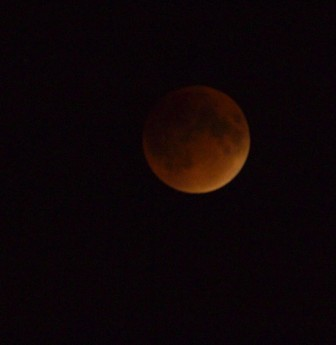 """The Sept. 27 """"blood moon"""" as seen from New Canaan. Credit: Maria Naughton"""